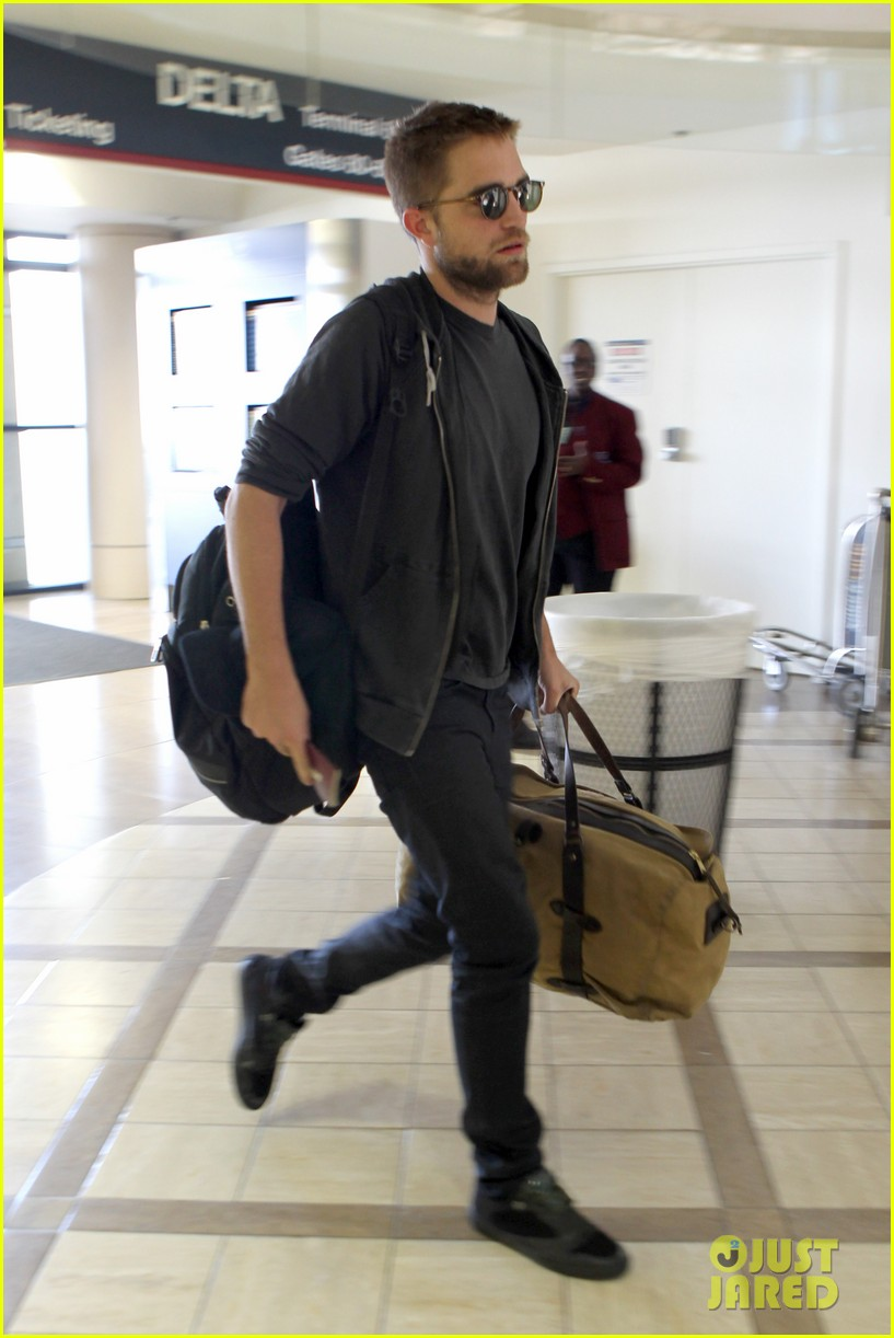 robert pattinson lots of luggage at lax 01