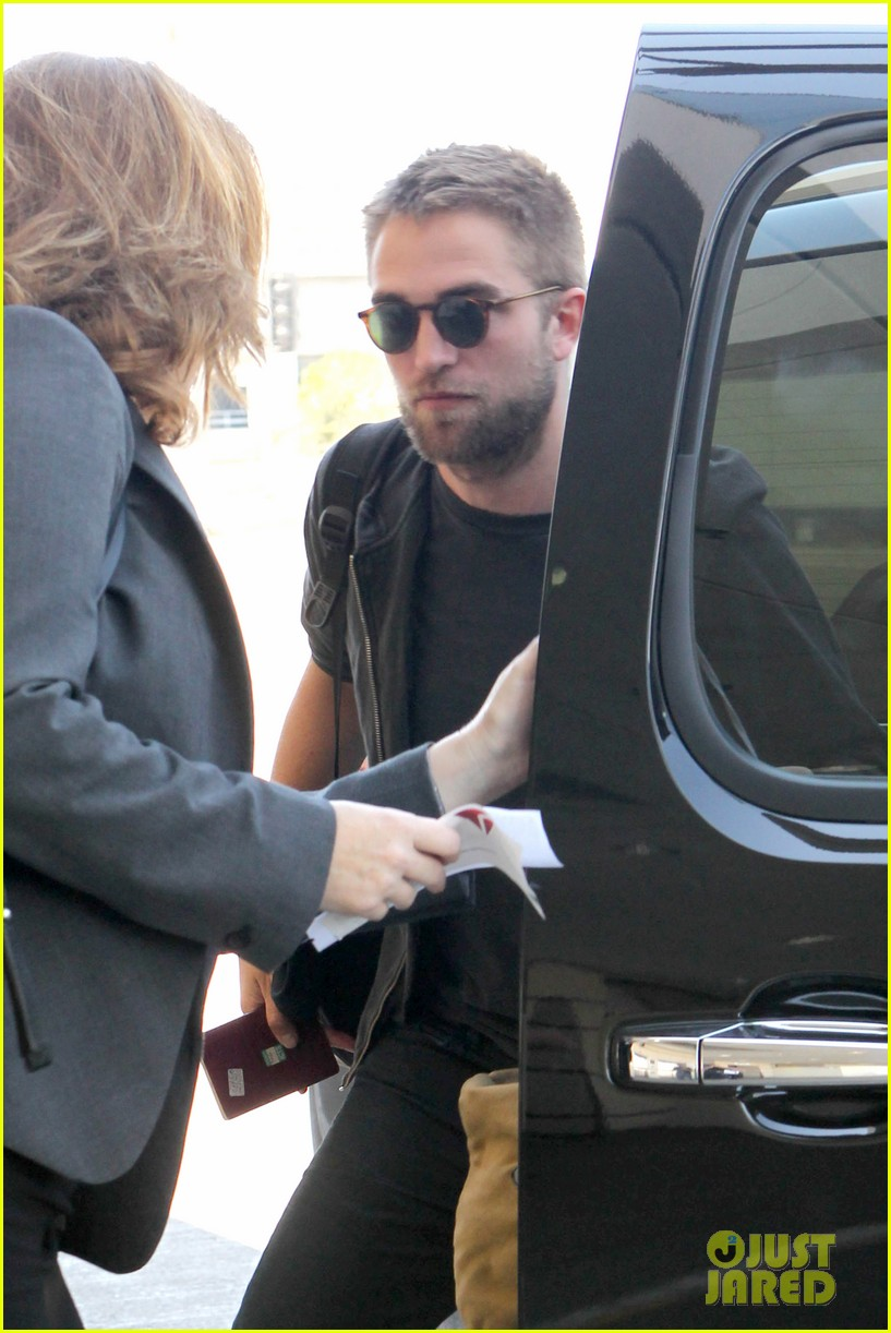 robert pattinson lots of luggage at lax 04