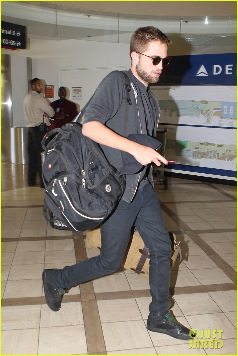 robert pattinson lots of luggage at lax 092855108