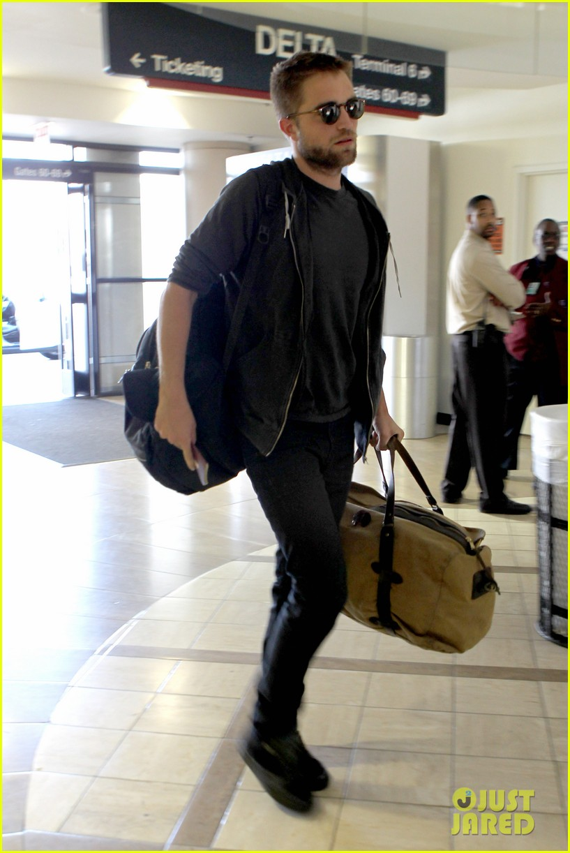 robert pattinson lots of luggage at lax 13
