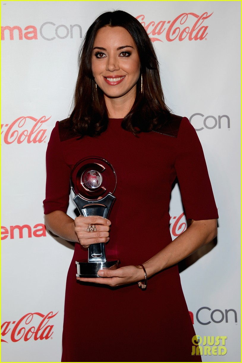 aubrey plaza wins cinemacon award after crashing mtv movie awards 112853183