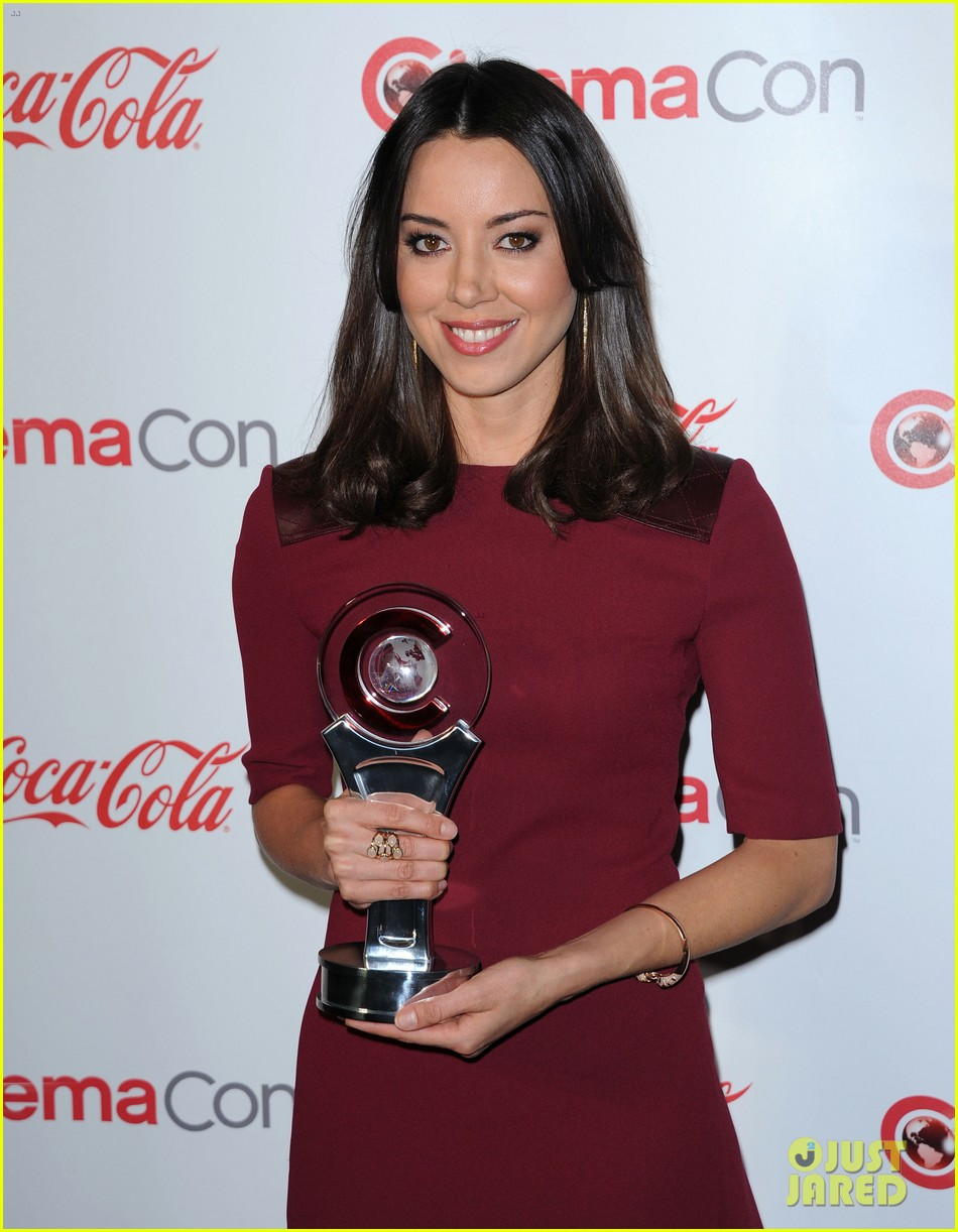aubrey plaza wins cinemacon award after crashing mtv movie awards 23
