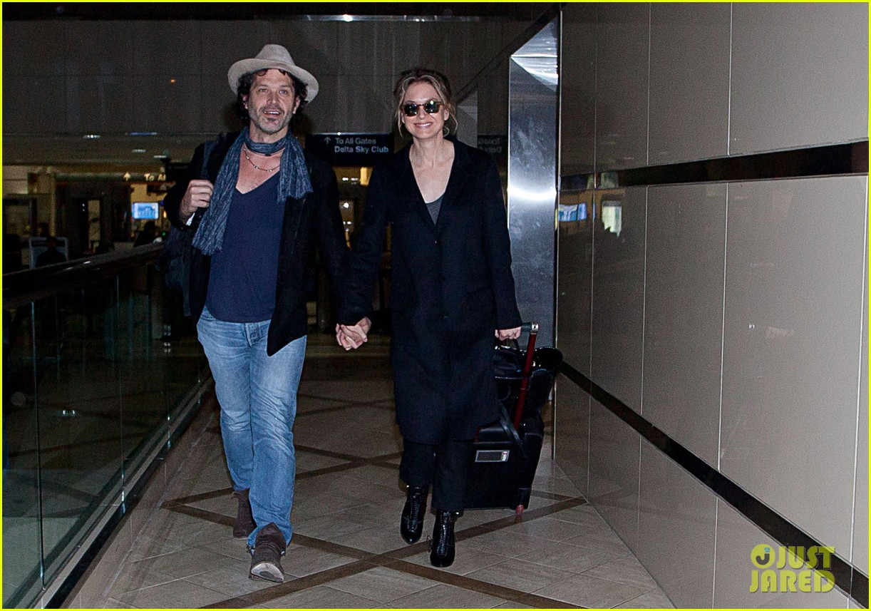 renee zellweger kiss kiss at lax 03