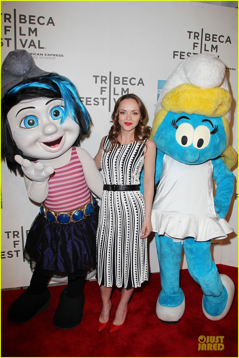 christina ricci poses with smurfs