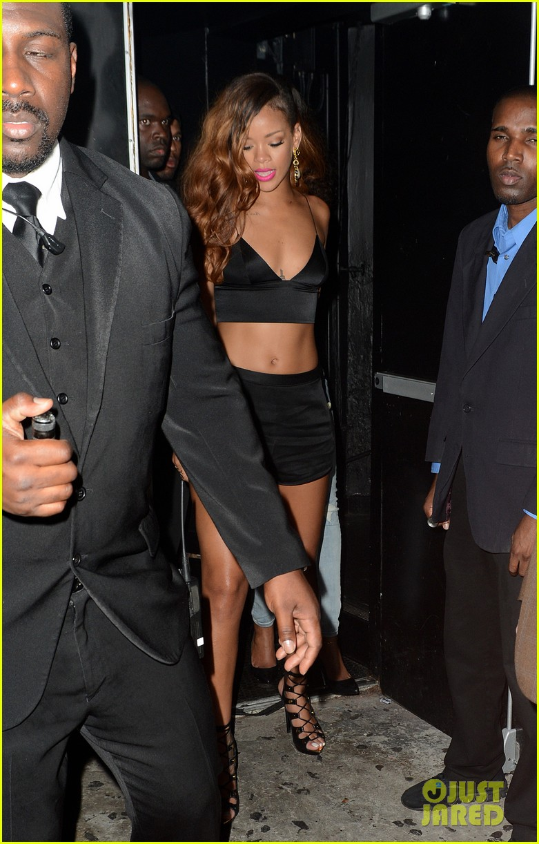 rihanna toned tummy after diamonds concert stop 06