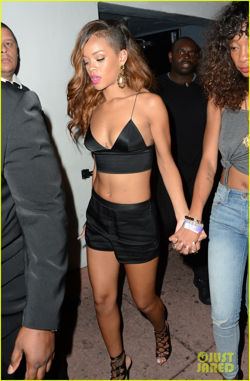 rihanna toned tummy after diamonds concert stop 11