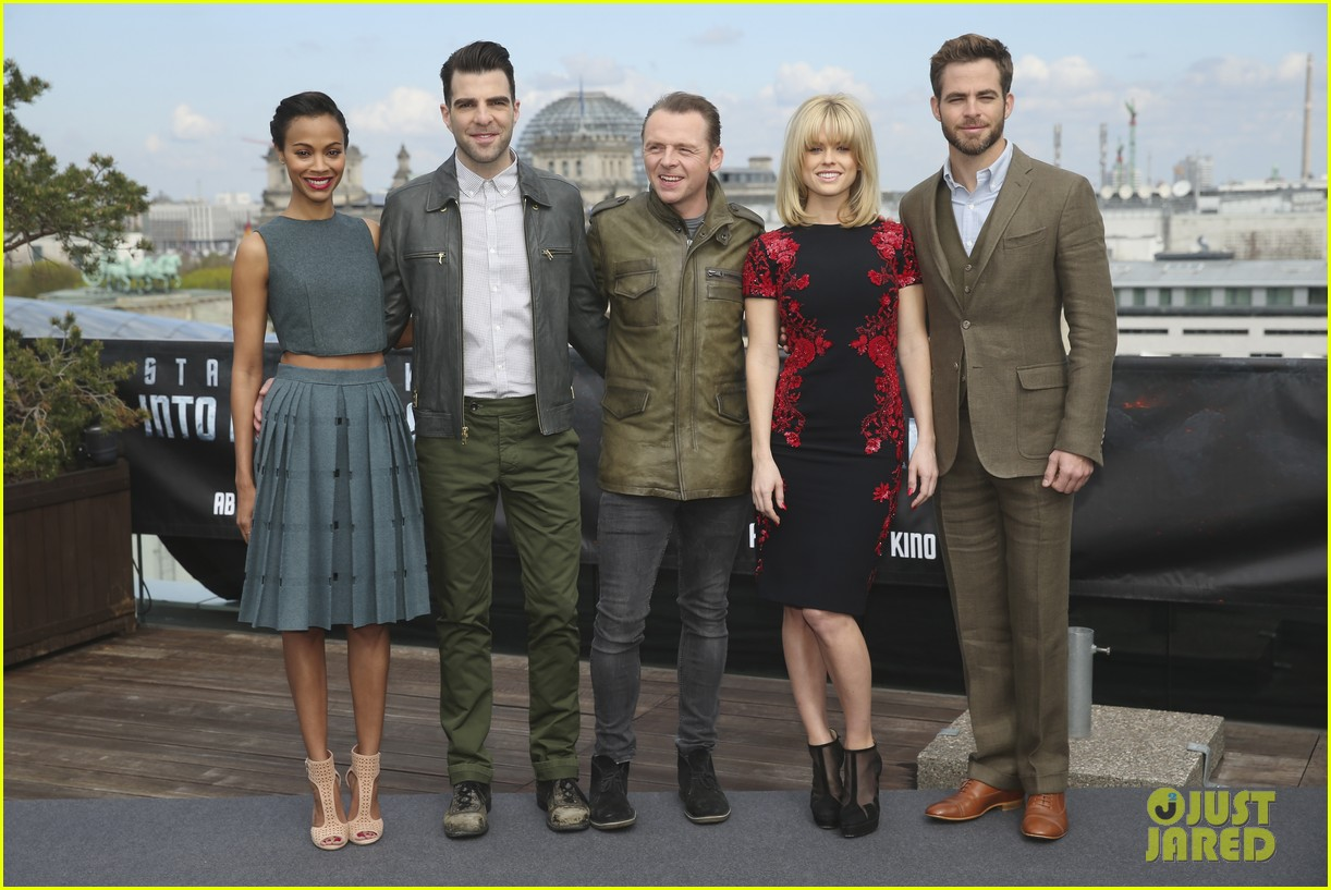 chris pine zoe saldana star trek into darkness berlin photo call 01