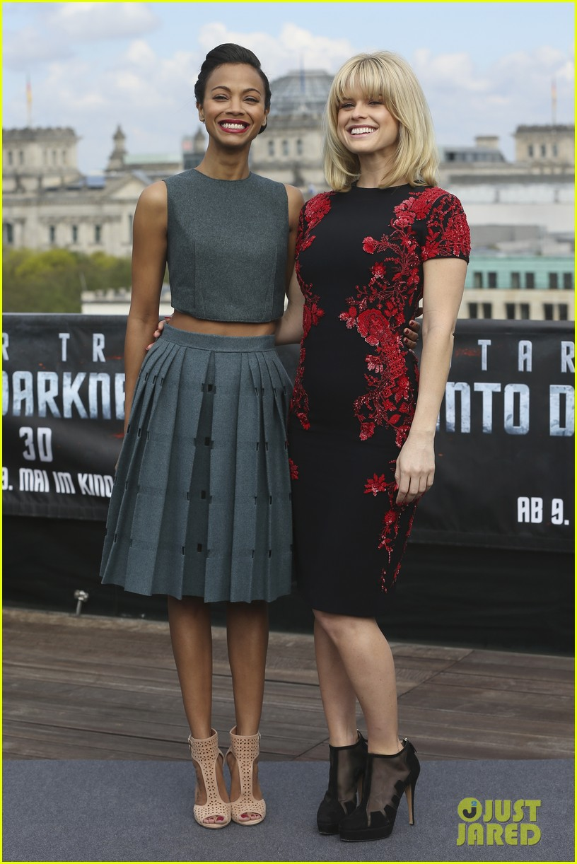 chris pine zoe saldana star trek into darkness berlin photo call 05