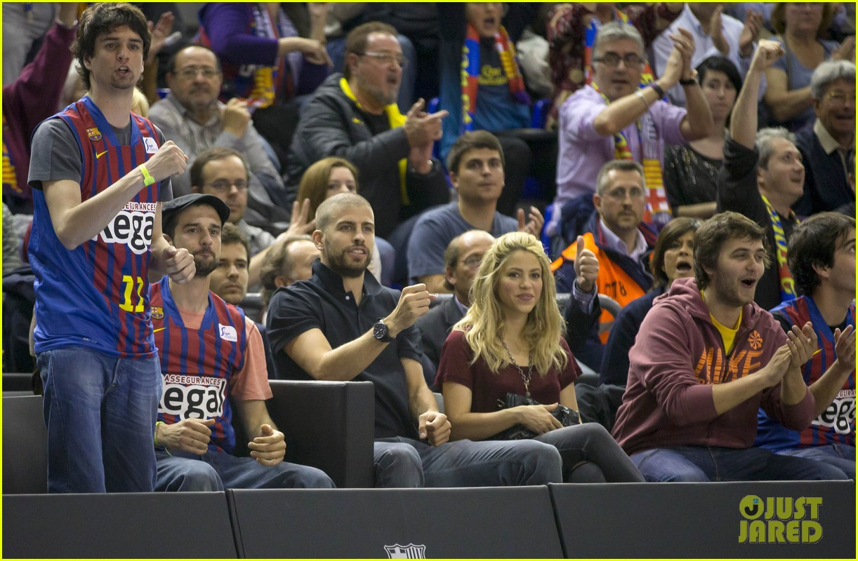 shakira gerard pique basketball kisses 03
