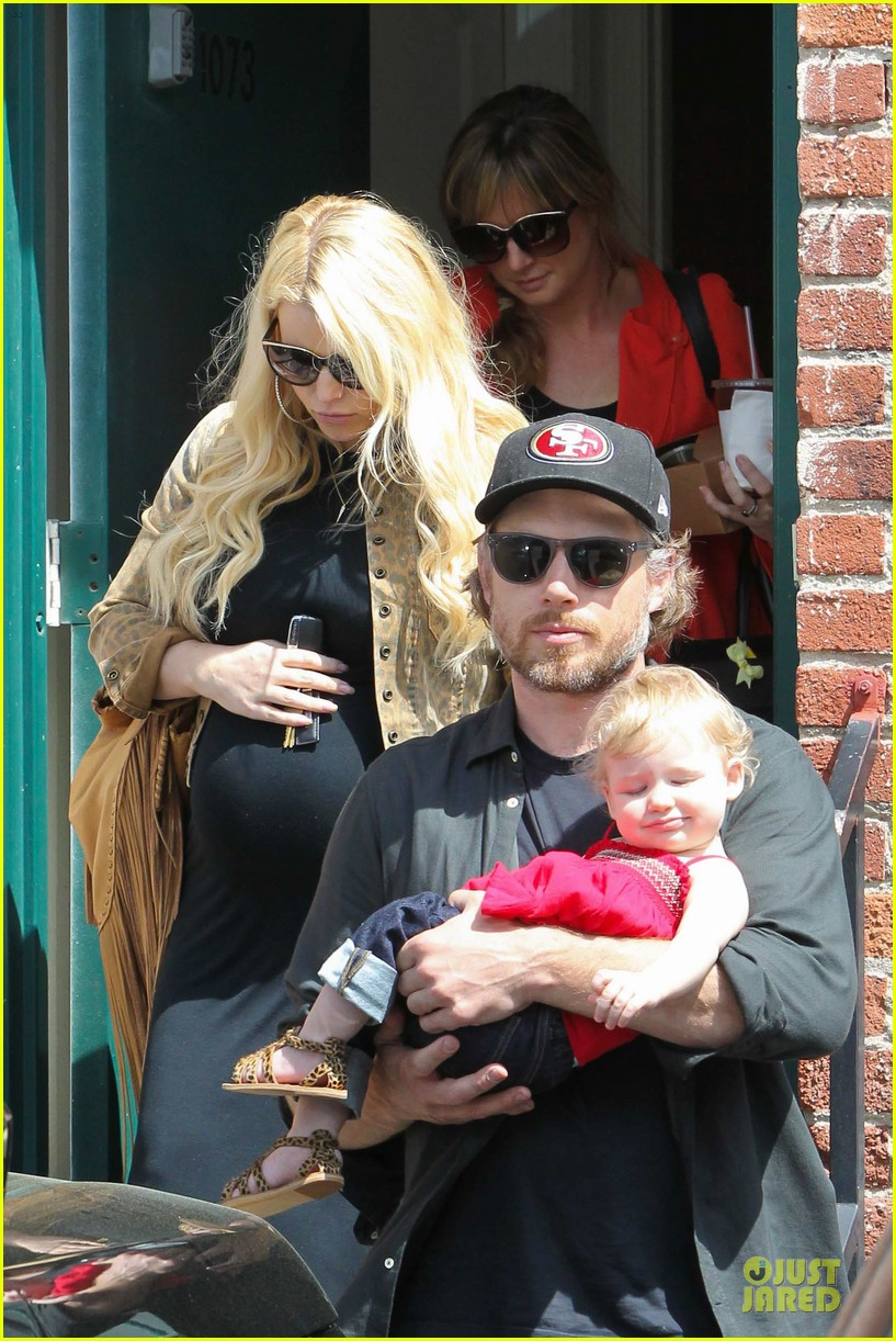 jessica simpson baby bumpin office stop with family 08