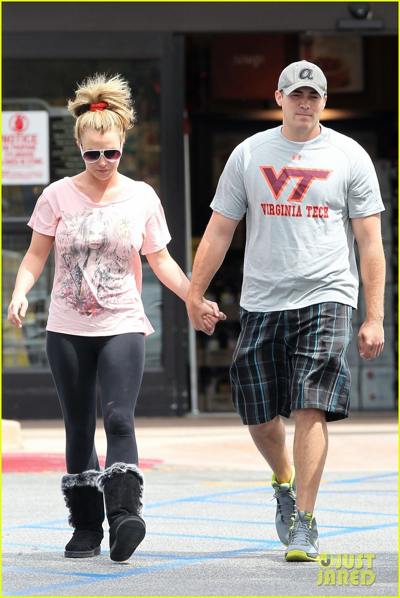 britney spears david lucado hold hands at vons 01