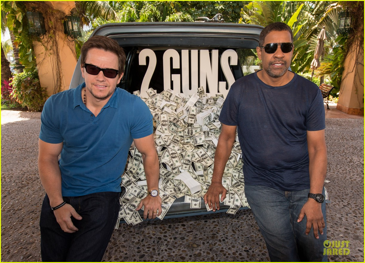 mark wahlberg denzel washington 2 guns mexican photo call 062854250