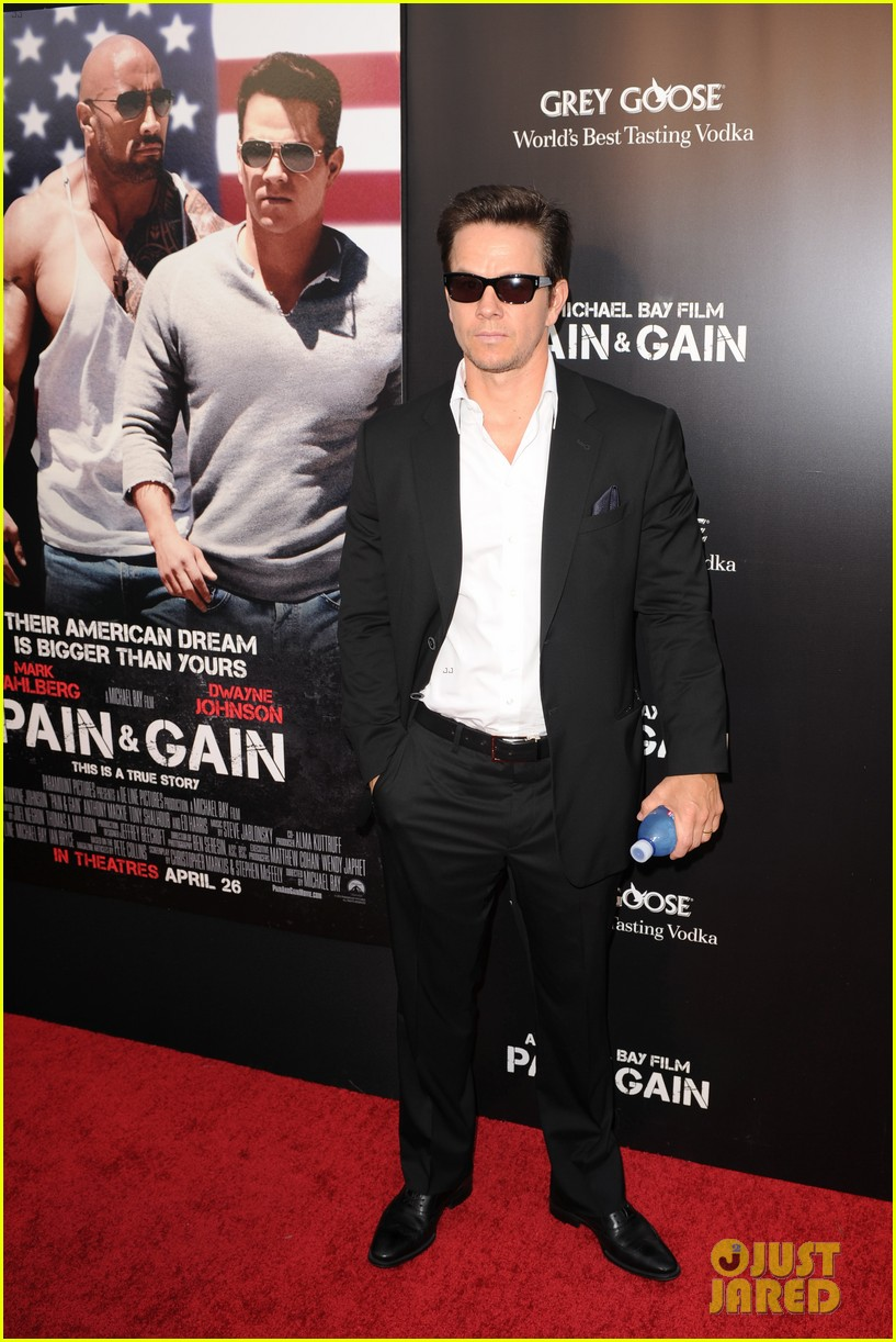 mark wahlberg dwayne johnson pain gain premiere 23