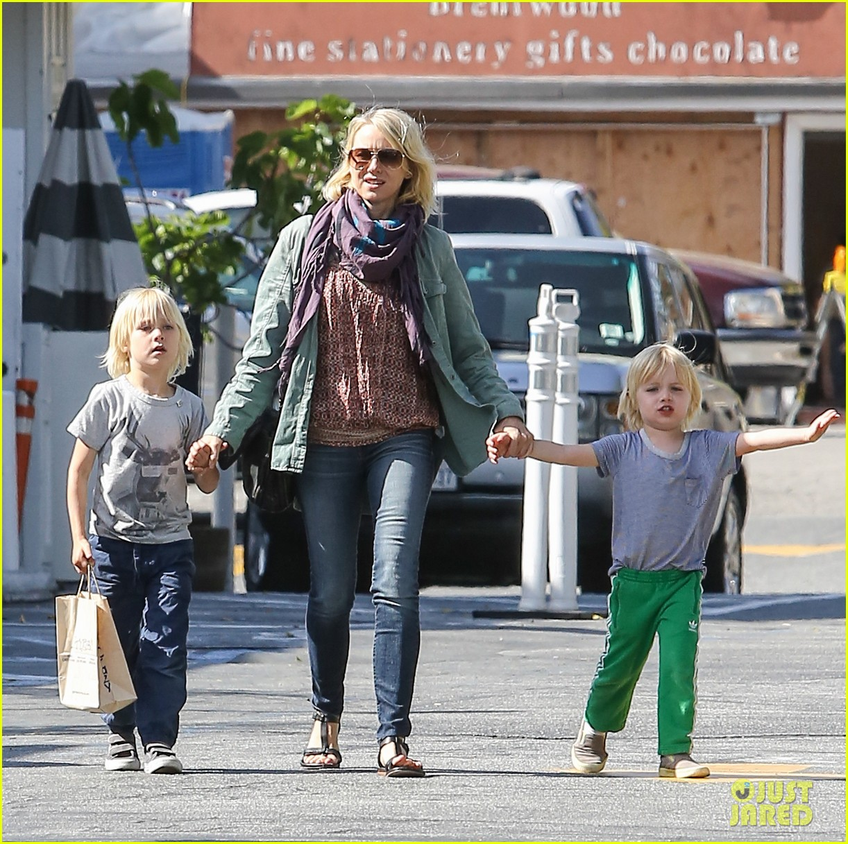 naomi watts shopping with sasha samuel 092846225