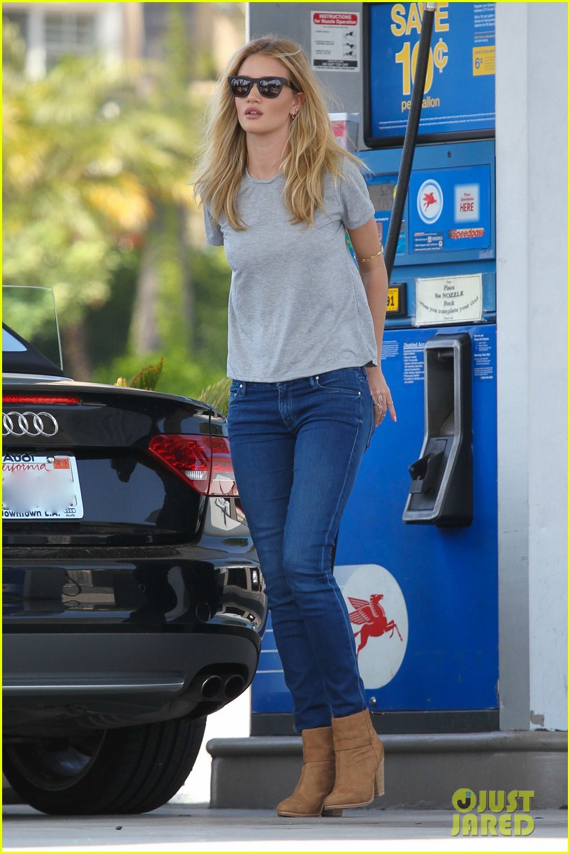 rosie huntington whiteley gas station stop 01