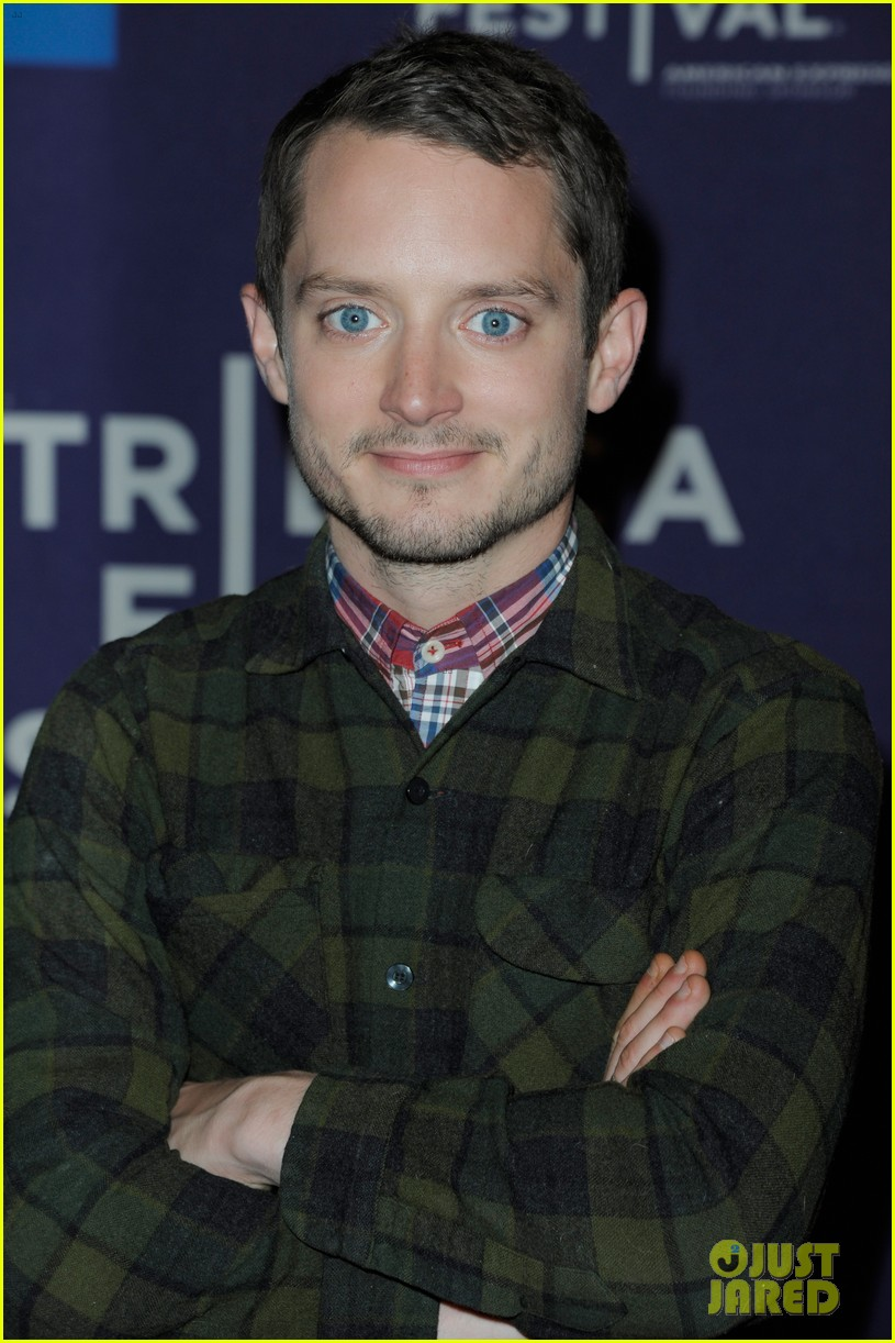 elijah wood set up punch premiere with alia shawkat 012853363