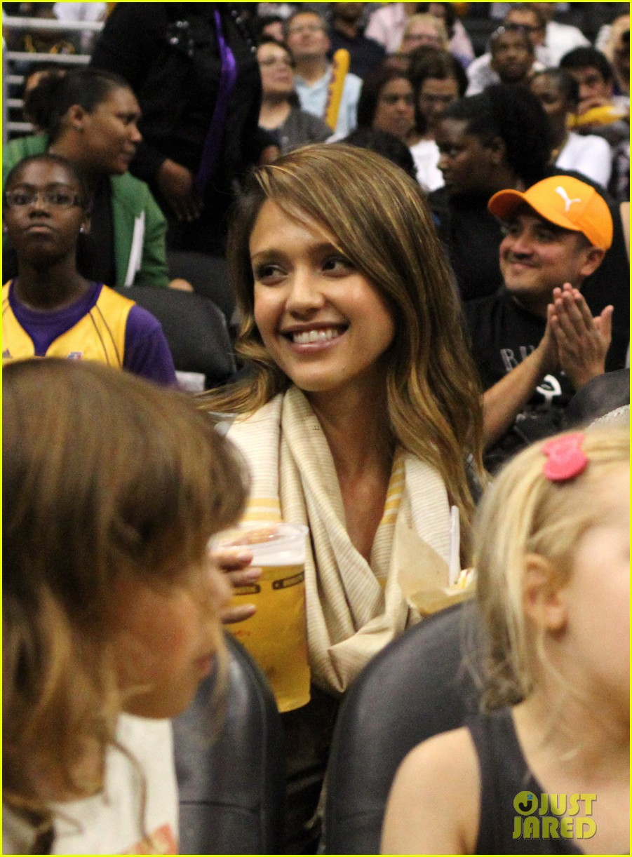 jessica alba cash warren attend la sparks game with the kids 03