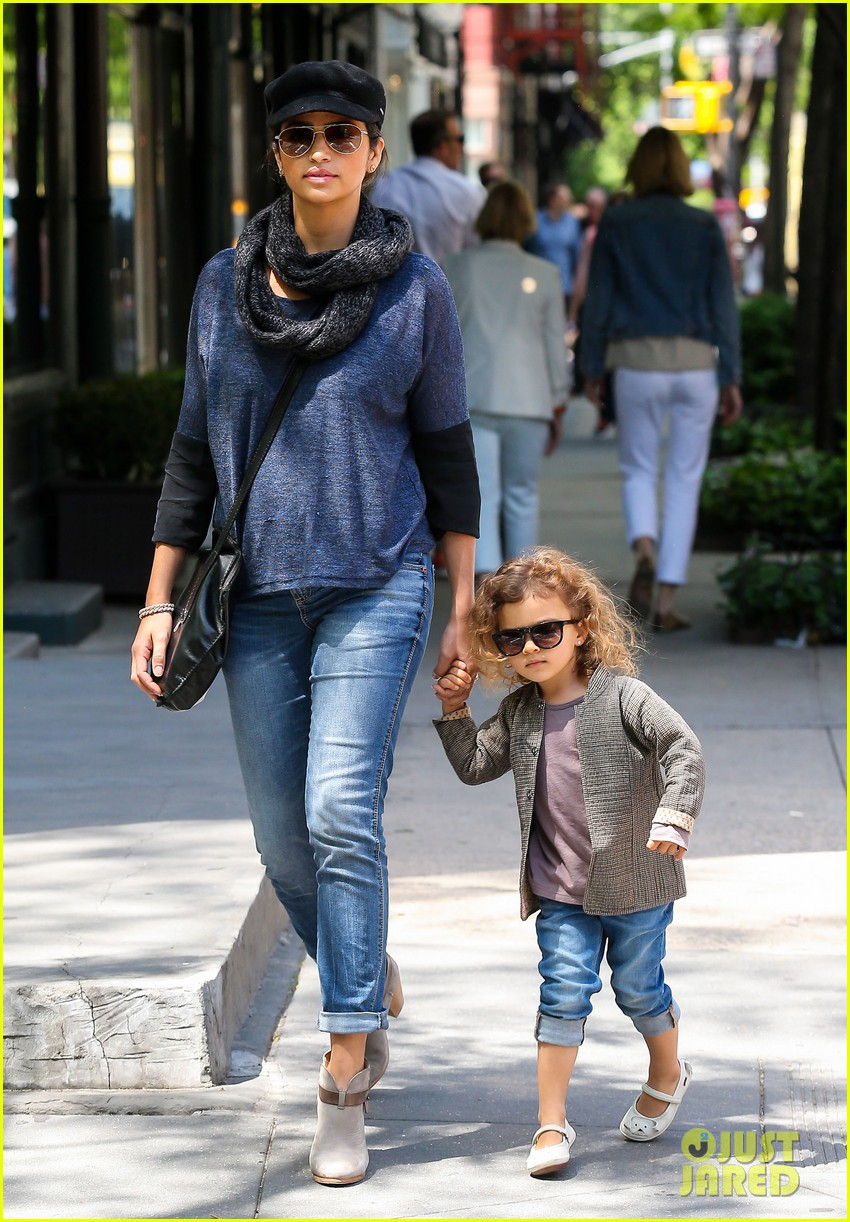 camila alves mothers day with vida 01