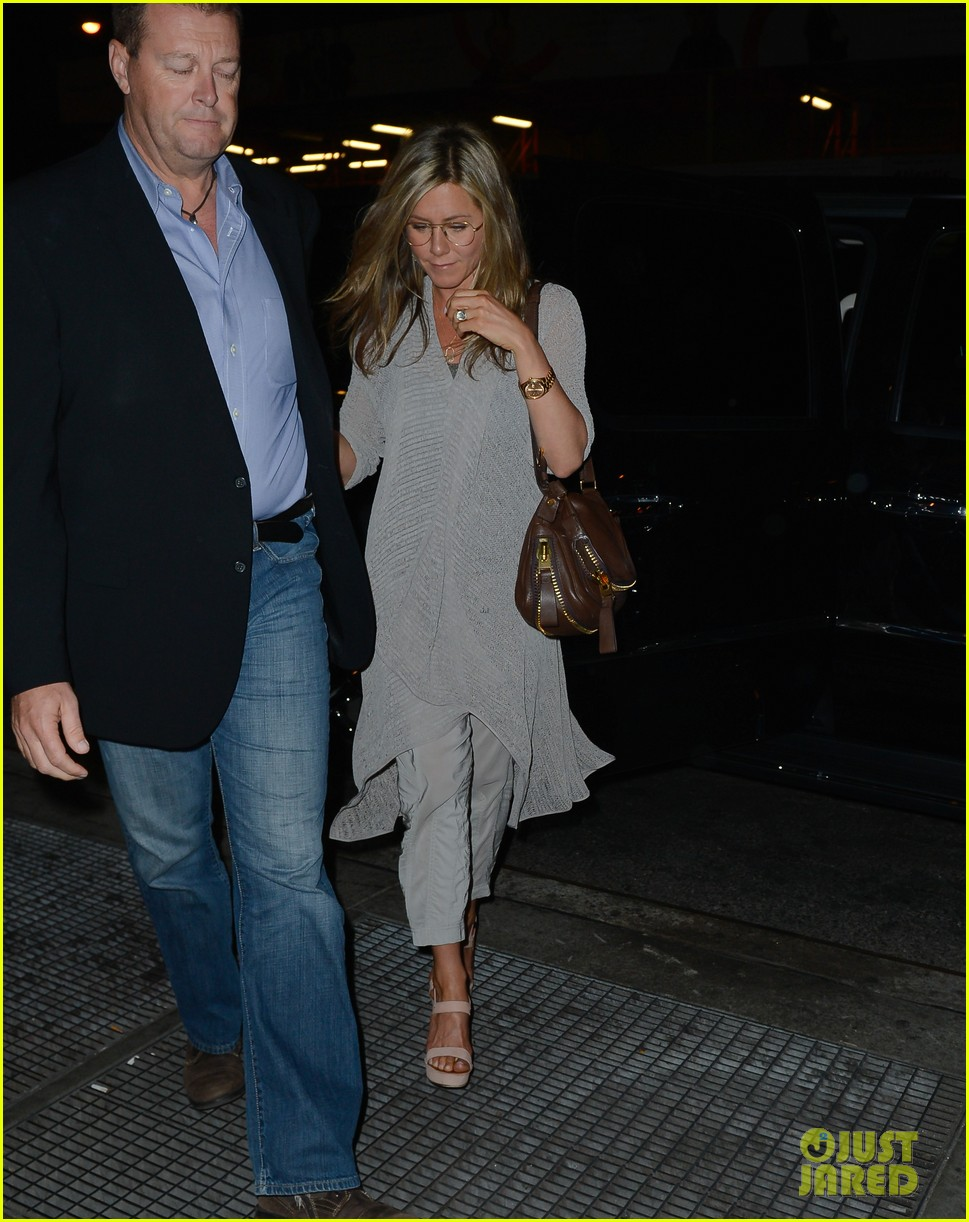 jennifer aniston attends bette midler play ill eat you last 01