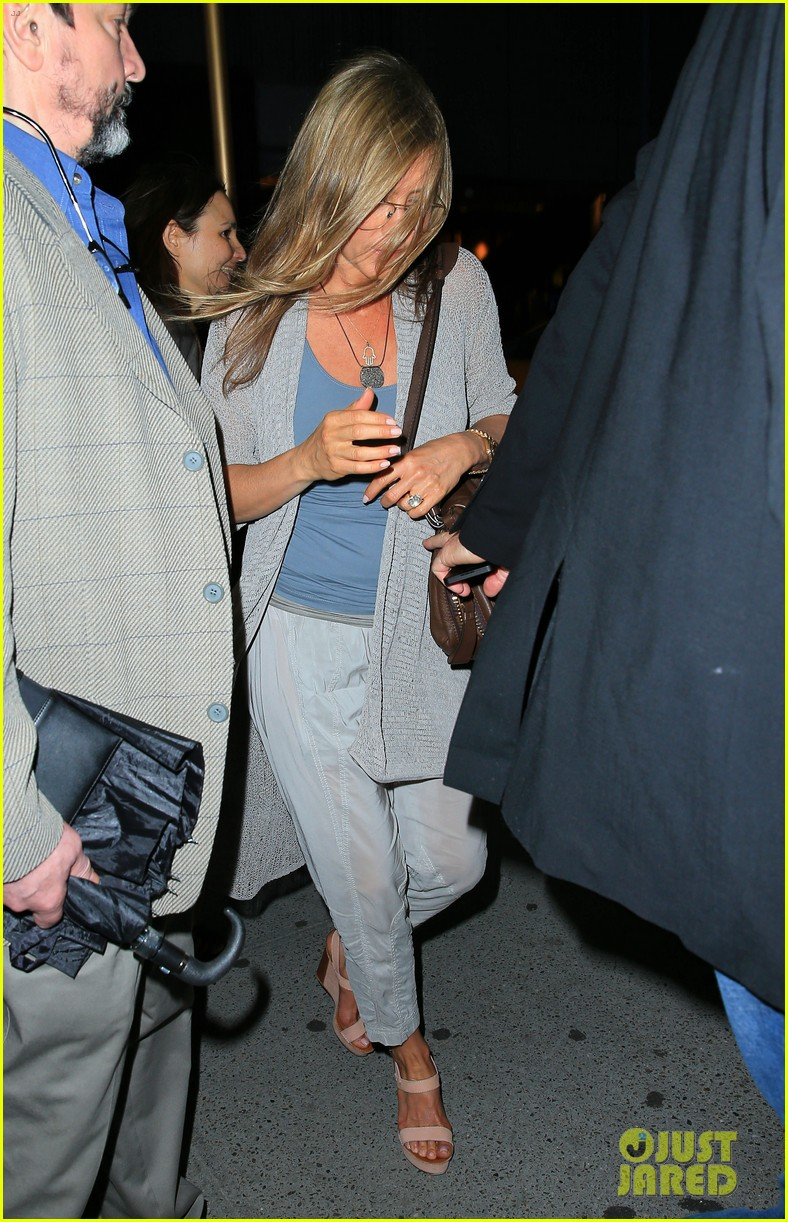 jennifer aniston attends bette midler play ill eat you last 05