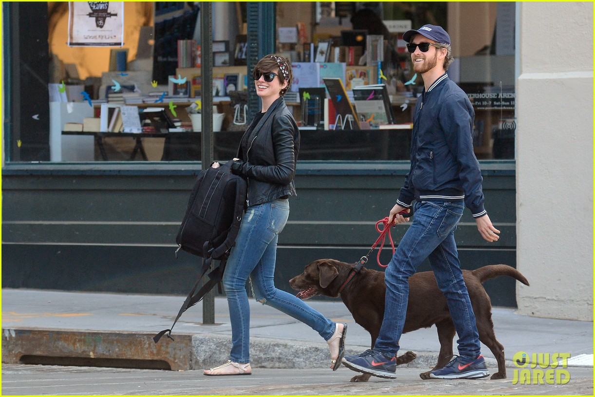 anne hathaway adam shulman brookyn dog walk 03