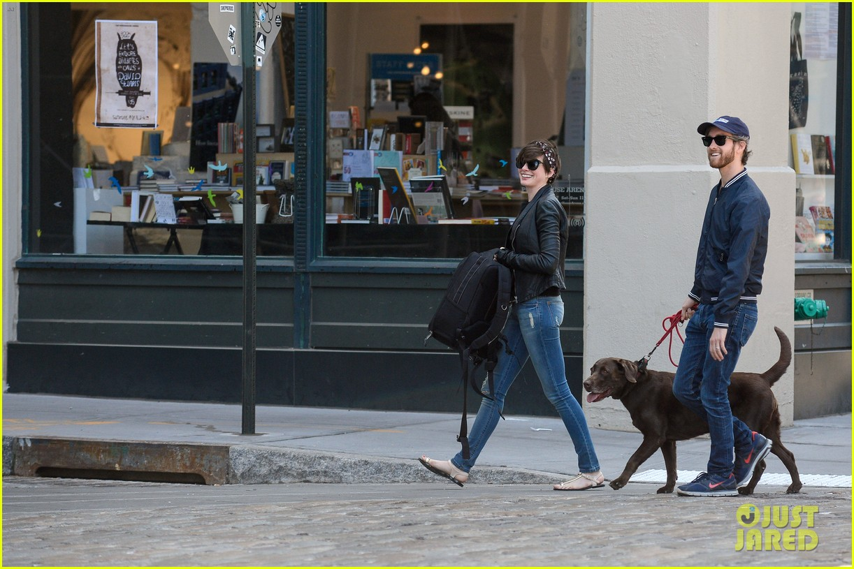 anne hathaway adam shulman brookyn dog walk 05