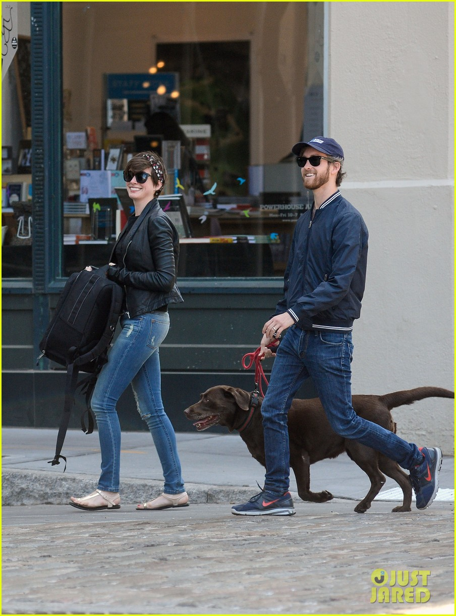 anne hathaway adam shulman brookyn dog walk 07