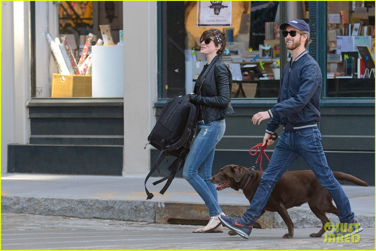 anne hathaway adam shulman brookyn dog walk 08