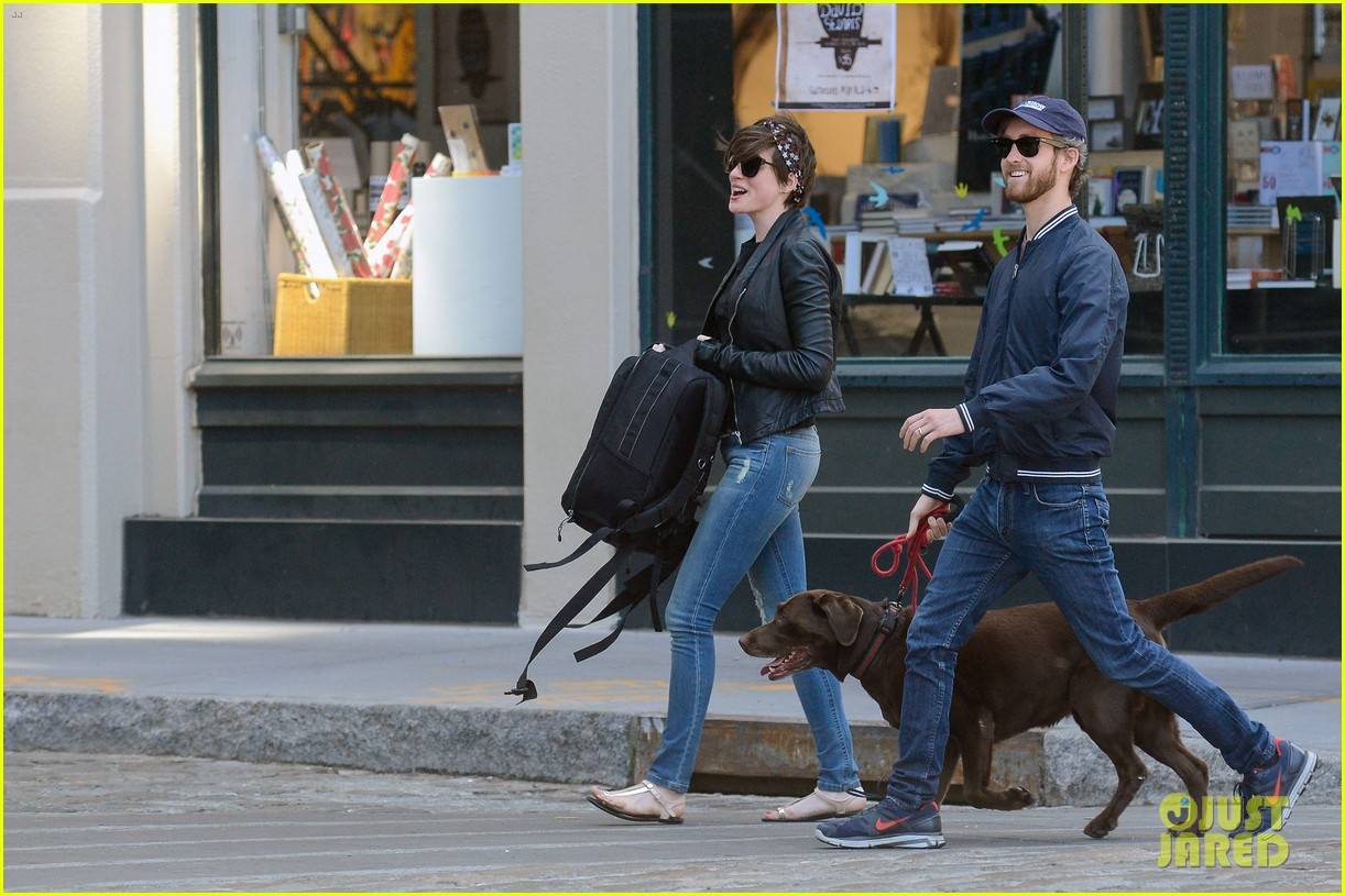 anne hathaway adam shulman brookyn dog walk 09