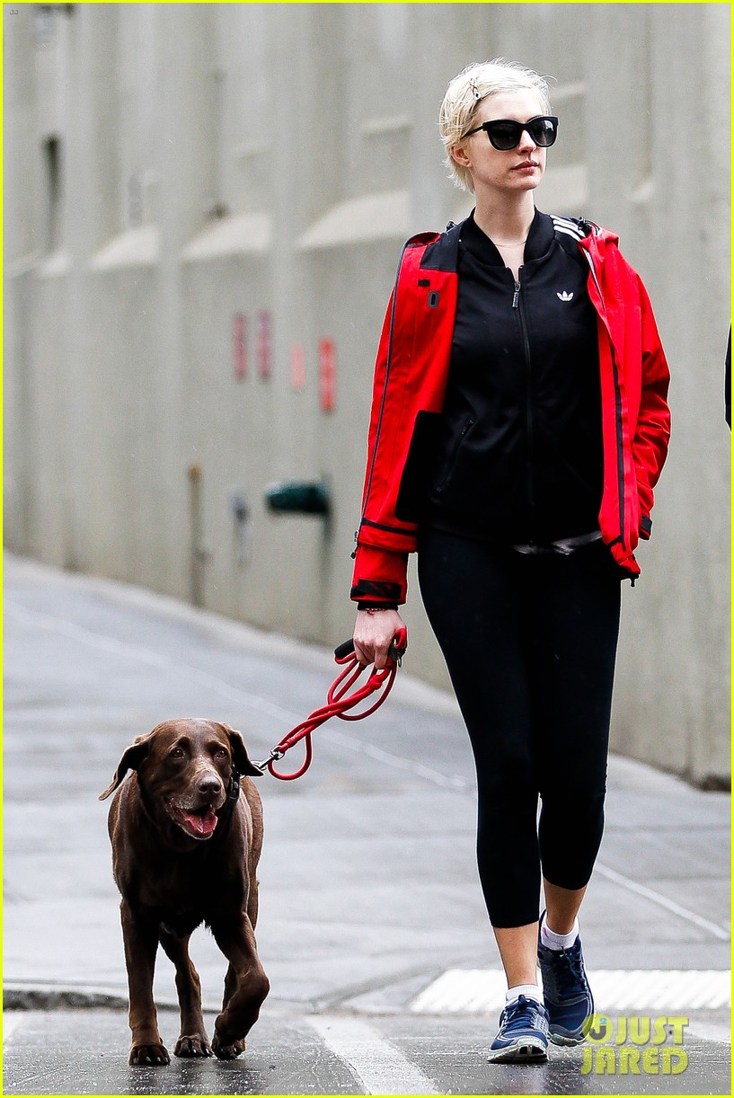 anne hathaway adam shulman rainy brooklyn dog walk 082873479
