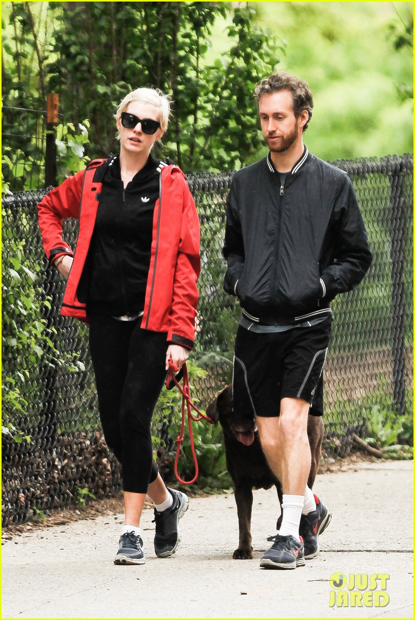 anne hathaway adam shulman rainy brooklyn dog walk 09