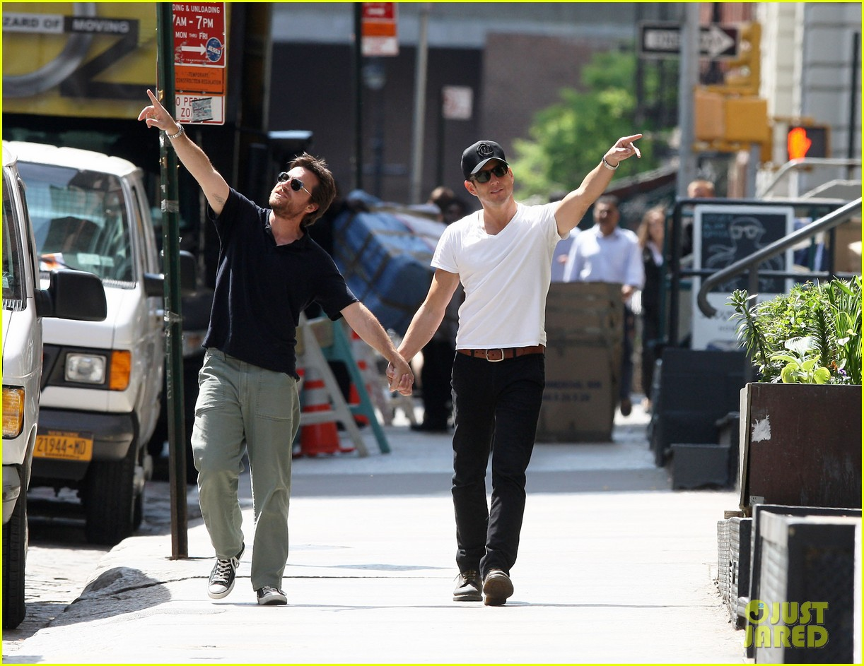 will arnett jason bateman hold hands check out city sights 07