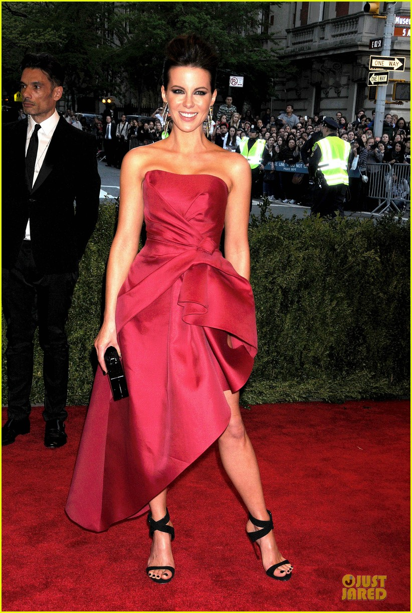kate beckinsale met ball 2013 red carpet 082865362