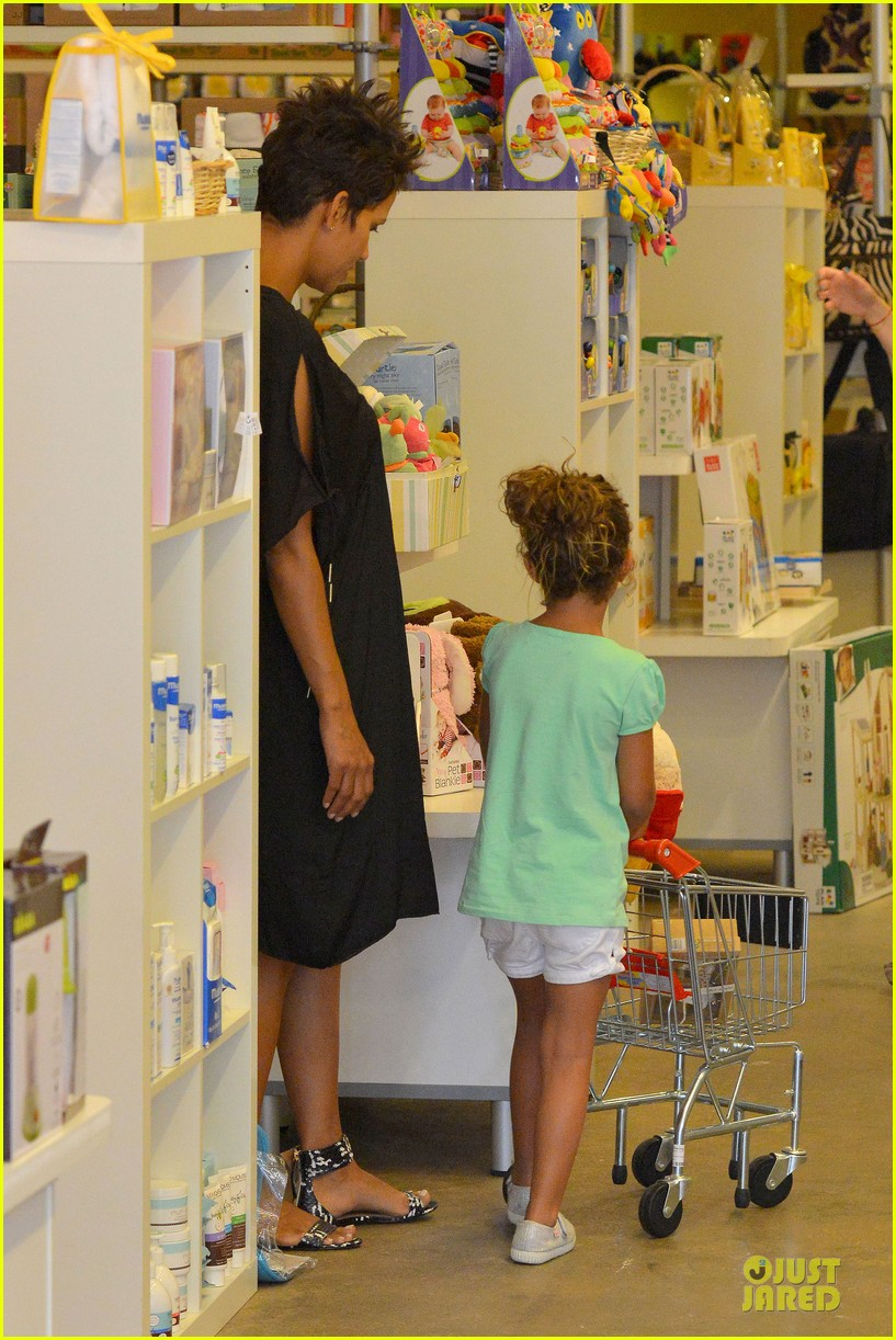 halle berry bel bambini shopping with nahla 25