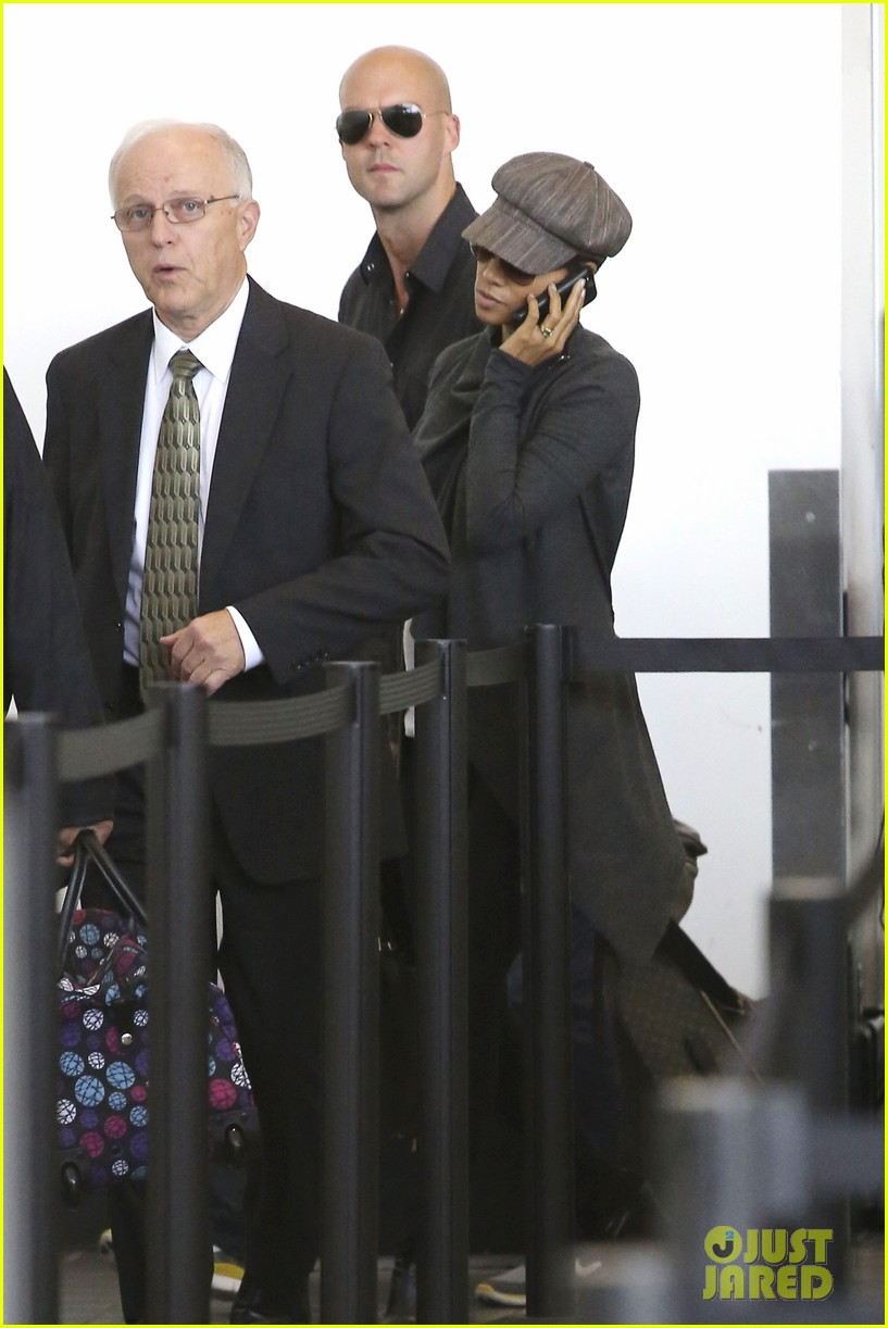 halle berry baby bump cover up at lax 14