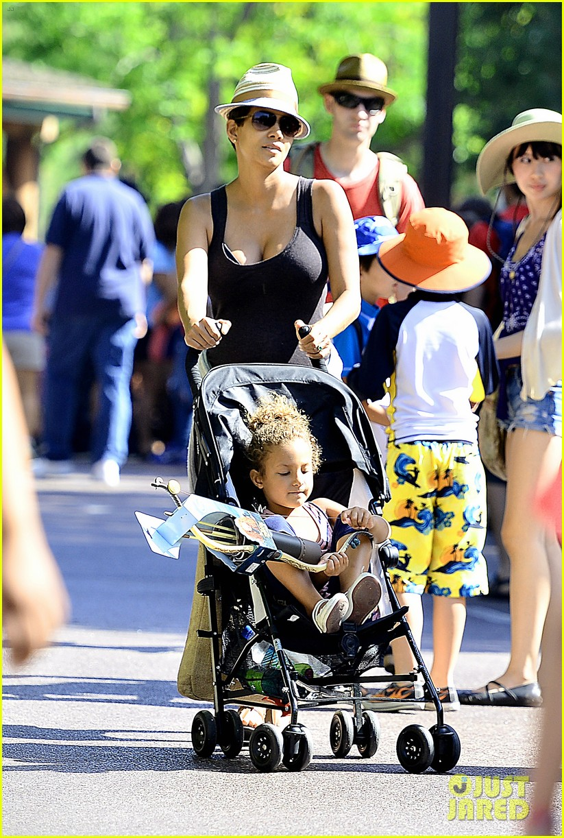 pregnant halle berry disneyland weekend trip with nahla 012878764