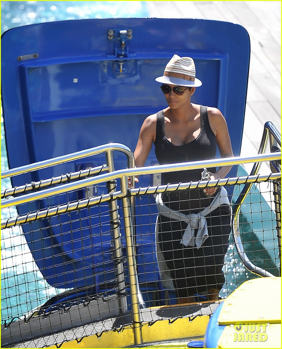 pregnant halle berry disneyland weekend trip with nahla 062878769