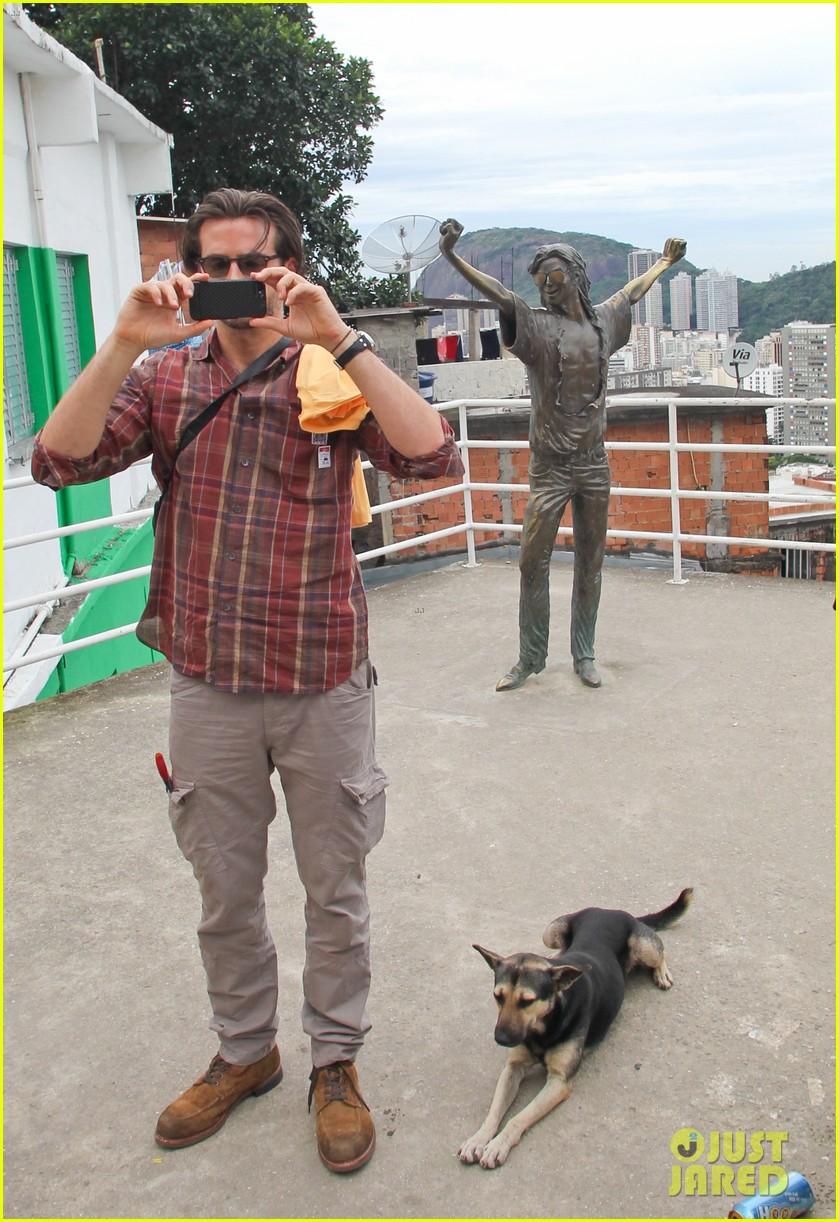 bradley cooper visits santa marta favela with ed helms 01