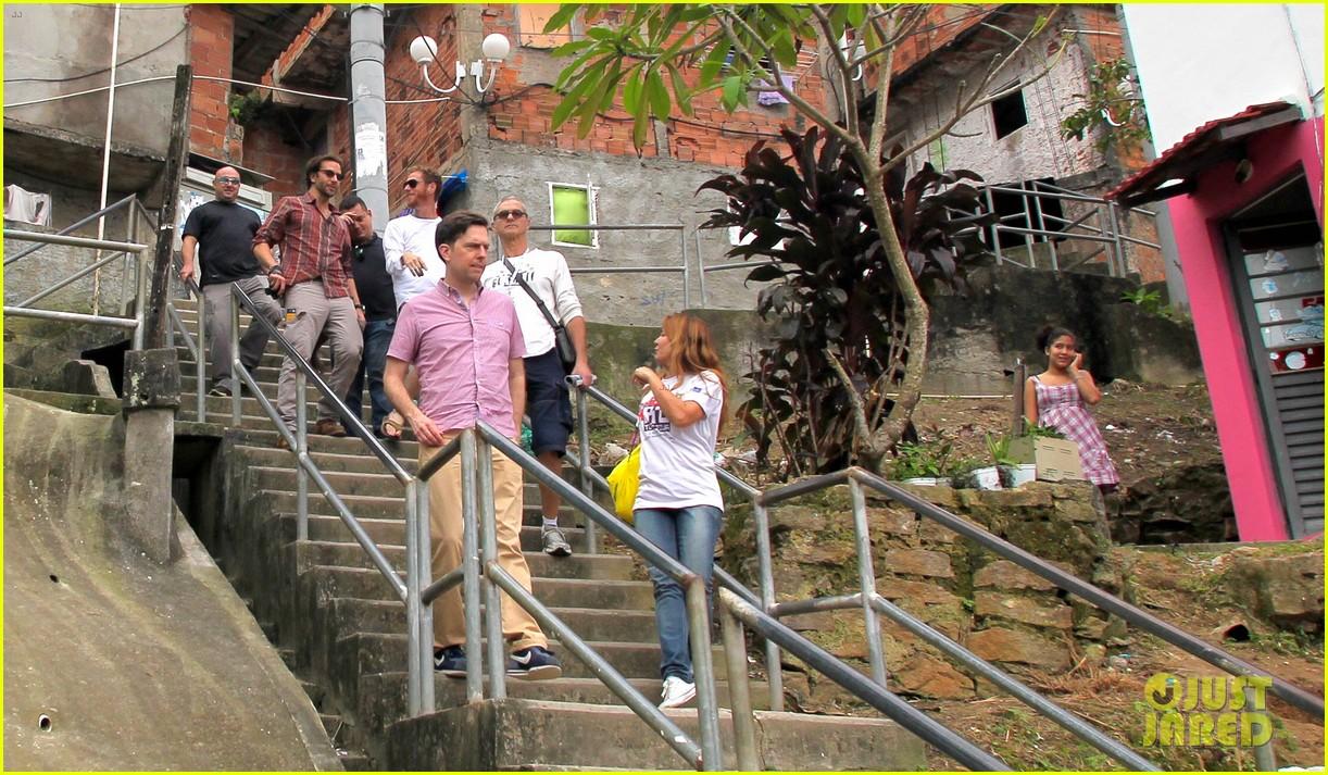 bradley cooper visits santa marta favela with ed helms 11