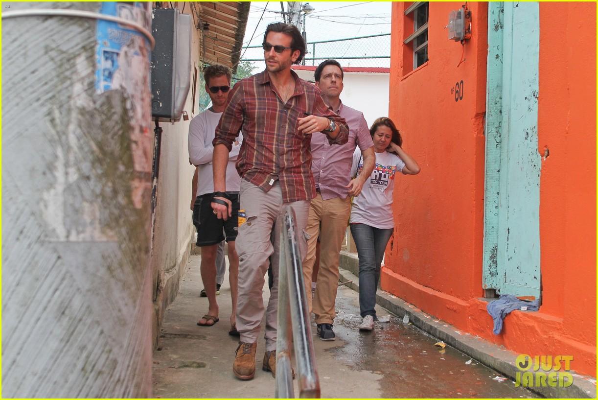bradley cooper visits santa marta favela with ed helms 19