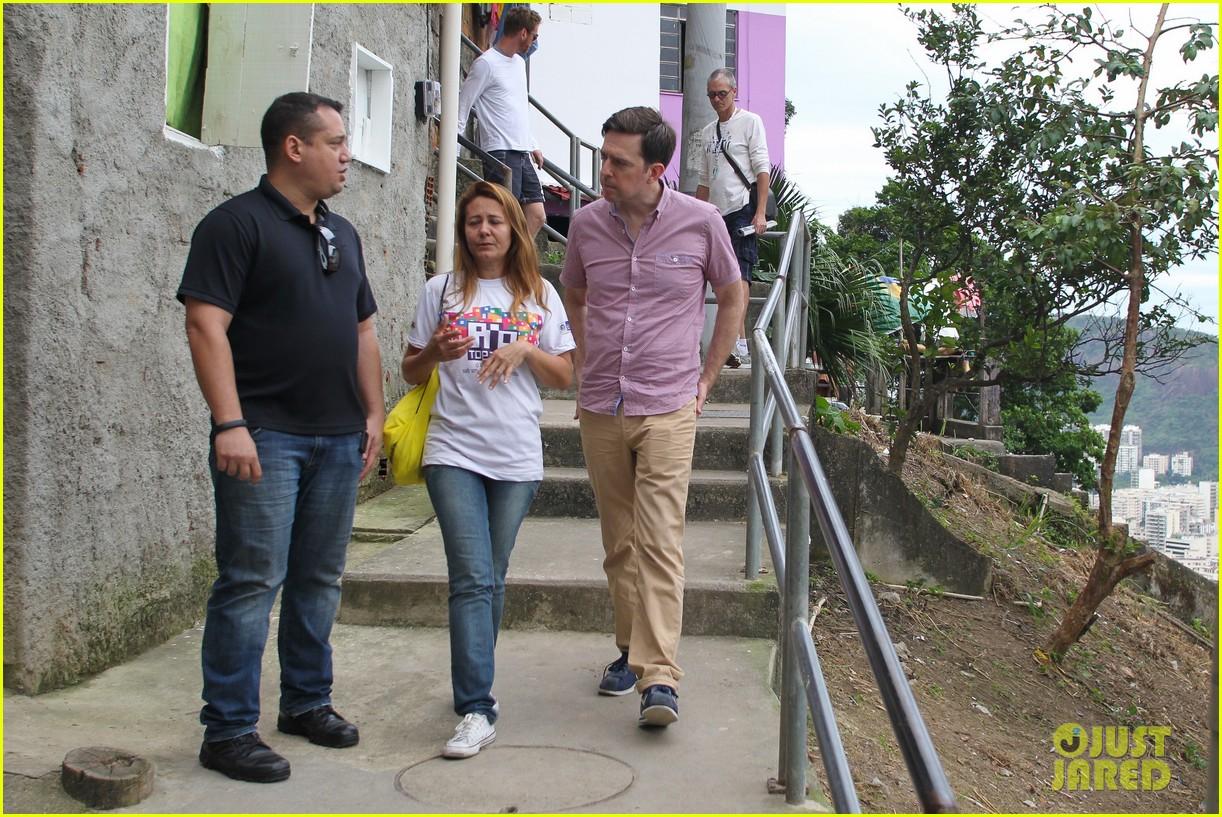 bradley cooper visits santa marta favela with ed helms 202880852