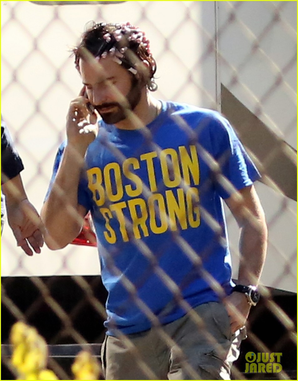 bradley cooper boston strong on american hustle set 02