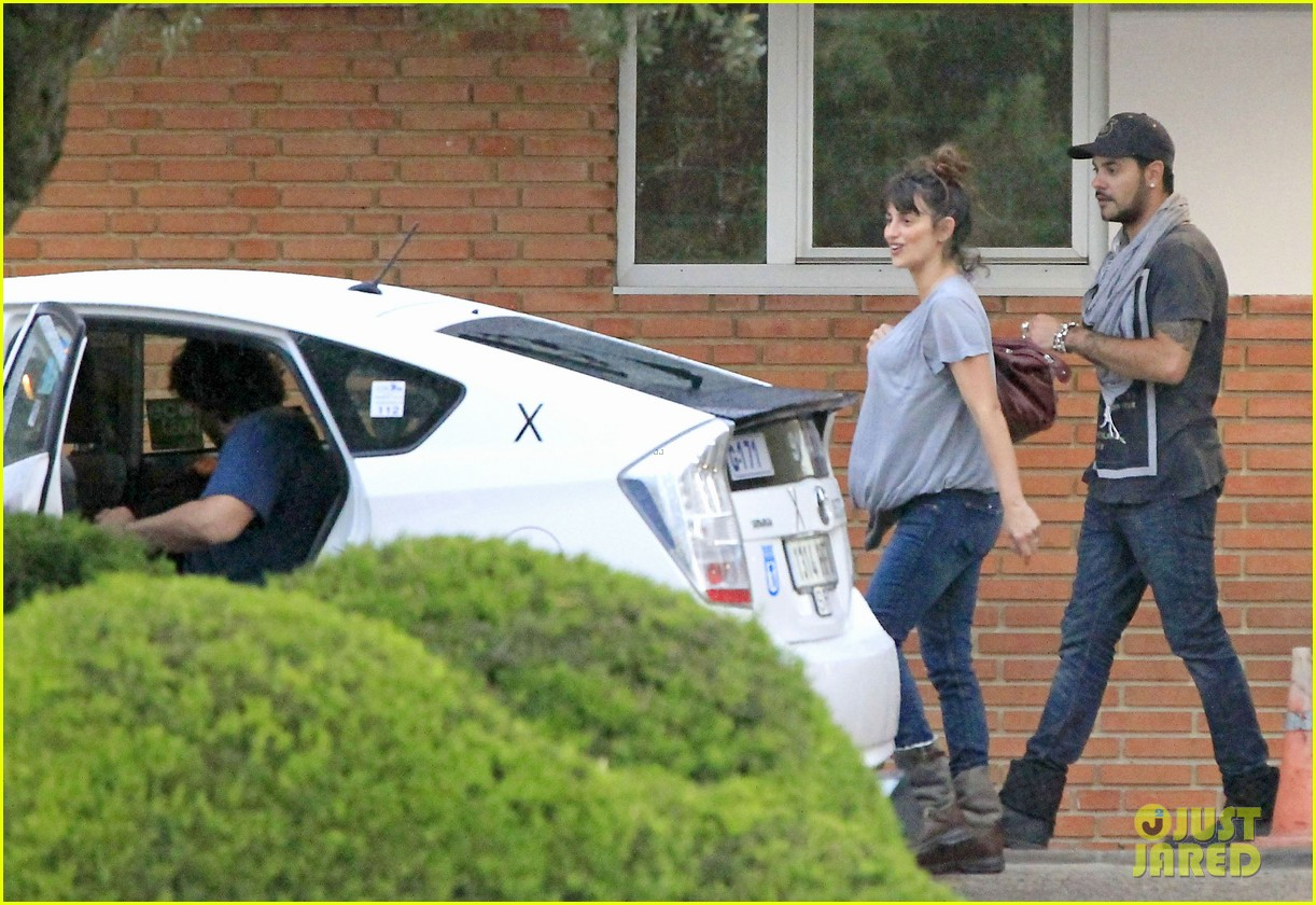 penelope cruz shows large baby bump with family 07