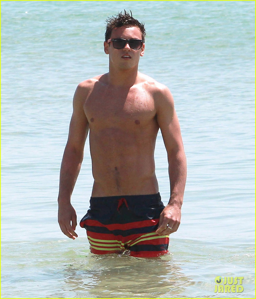 tom daley shirtless beach vacation 02