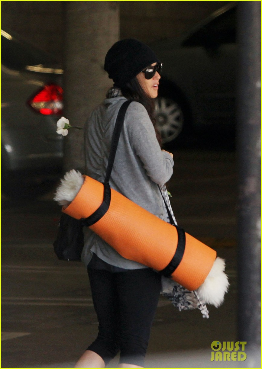 demi lovato carries a white rose out of yoga class 032868990