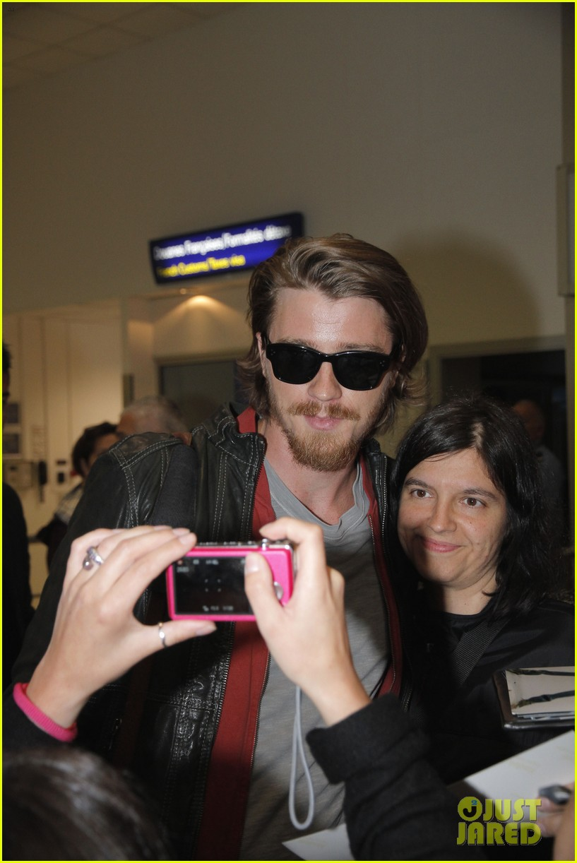 kirsten dunst garrett hedlund touch down for cannes 04