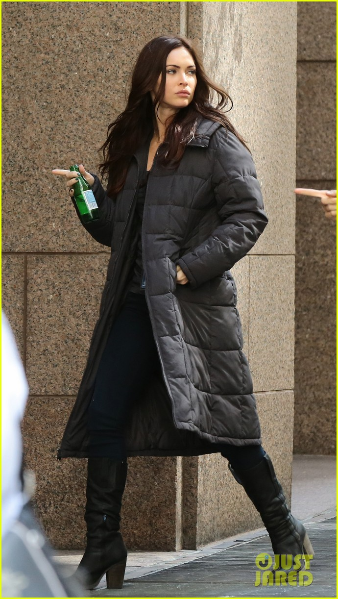 megan fox hangs with fans on ninja turtles set 01