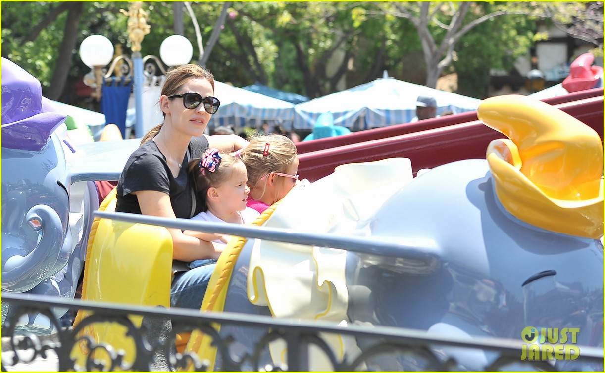 jennifer garner disneyland dumbo ride with the girls 05