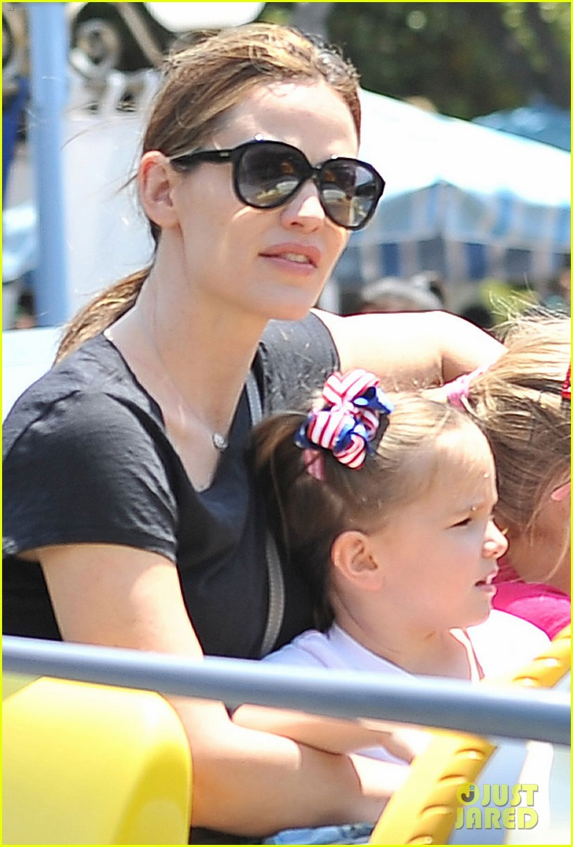 jennifer garner disneyland dumbo ride with the girls 072863936