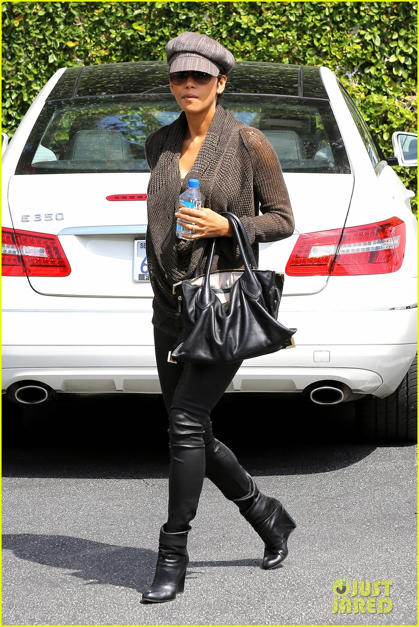 halle berry rocks leather pants while shopping 08